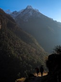 Trekkers walking in Langtang region — Stock Photo