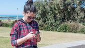 Jeune fille écouter de la musique depuis votre téléphone intelligent. — Photo