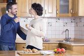 Man and woman eating homemade cupcakes — Stock Photo