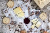 Verre à vin rouge accompagné de variété de fromages, torréfié les amandes et les toasts — Photo