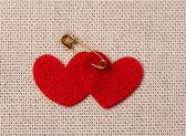 Corazones de fieltro rojo en la bolsa de arpillera — Foto de Stock
