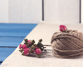 Ball of twine with  dried roses bouquet — Stock Photo