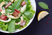 Organic Green Avocado and Spinach Salad with roasted Bacon — Stock Photo