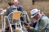 Malaga, Hiszpania - 29 kwietnia: Dwóch mężczyzn gra gitara hiszpańska i grzech — Zdjęcie stockowe