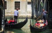 Venice, Włochy - 12 lipca: Gondolier kursujące jego handlu w Wenecji I — Zdjęcie stockowe