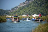 TURKEY, DALYAN, MUGLA - JULY 19, 2014: Touristic River Boats with tourists in the mouth of the Dalyan River — Stock Photo