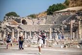 Ephesus - August 7: Tourists admiring an ancient Greek and Roman — Stock Photo
