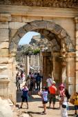 EPHESUS, TURKEY - AUG 01: visitors in Curetes street on August 0 — Stock fotografie