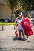 ISTANBUL - JULY 4: Seller with turkish flags on the streets of I — Stock Photo
