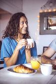 Gelukkige paar samen ontbijten — Stockfoto