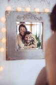 Young couple playing in front of a mirror — Stock fotografie
