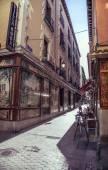 Madrid, España - 26 de abril: Vieja calle estrecha con unos café en abril — Foto de Stock