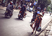 Hanoi, Vietnam - 2 de maio de 2015: Venda de senhora vietnamita rua mercado — Fotografia Stock
