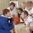 Coach geven team praat met elementary school basketbalteam — Stockfoto #52723233