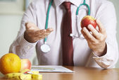 Doctor Giving Advice On Healthy Diet — Stock Photo