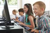 Group Of Elementary School Children In Computer Class — Stock Photo