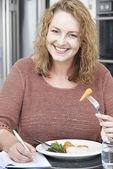 Vrouw op dieet Details In voedsel dagboek schrijven — Stockfoto