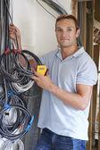 Elektrikář, montáž elektroinstalace na staveništi — Stock fotografie