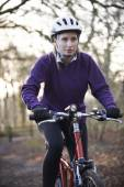 Woman Riding Mountain Bike Through Woodlands — Stock Photo