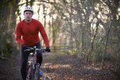 Man Riding Mountain Bike Through Woodlands — Stock Photo