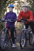 Couple Riding Mountain Bikes Through Woodlands — Stock Photo