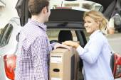 Couple Unloading New Television From Car Trunk — Stock Photo