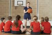 Allenatore dando team parlare alla squadra di basket di scuola elementare — Foto Stock