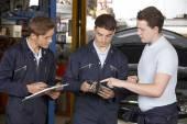 Mechanic Teaching Trainees In Garage Workshop — Stock Photo