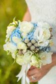 Bride holds bouquet — Stock Photo