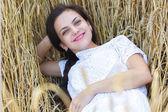Buğday alan kız — Stok fotoğraf