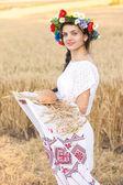 Девочка в области пшеницы — Стоковое фото