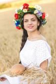Menina no campo de trigo — Fotografia Stock