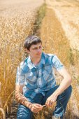Man on wheat field — Stock Photo