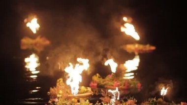 Few wreaths with torches float down the river. — Stock Video