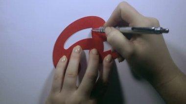 Meisjes hand trekt de gebogen lijn — Stockvideo