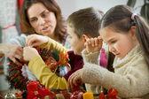 Felice giovane famiglia sta preparando per l'avvento, Natale vi — Foto Stock