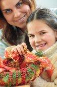 Szczęśliwy młodej rodziny, szykując się na Adwent, Boże Narodzenie/bis — Zdjęcie stockowe