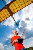 Mały chłopiec bawi się z samolotem — Zdjęcie stockowe
