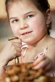Cute little girl with walnut — Stock fotografie