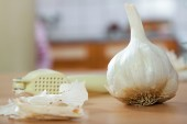 Garlic on kitchen table — Stock Photo