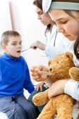 Doctor examining a child in a hospital — Stock Photo