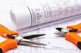 Metalen tang en warmgewalste elektrische diagram op bouw tekening van huis — Stockfoto