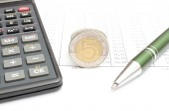 Money, pen and calculator lying on spreadsheet — Stock Photo
