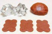 Impasto di pan di zenzero per biscotti di natale e tagliabiscotti — Foto Stock