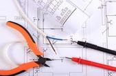 Kabely, multimetr, kleště, elektrické vodiče a stavební výkres — Stock fotografie