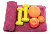 Fresh fruits and green dumbbells on purple towel — 图库照片