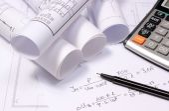 Schemi elettrici laminati, calcolatrice e calcoli matematici — Foto Stock