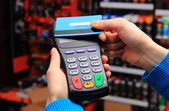 Hand of woman paying with contactless credit card, NFC technology — Stockfoto
