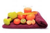 新鲜水果用卷尺、 杯果汁和哑铃 — 图库照片