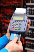 Paying with credit card in an electrical shop, finance concept — Stockfoto